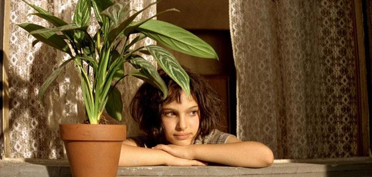 Chica viendo una planta