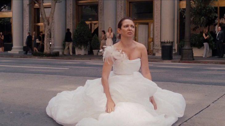 mujer con vestido de novia en la calle