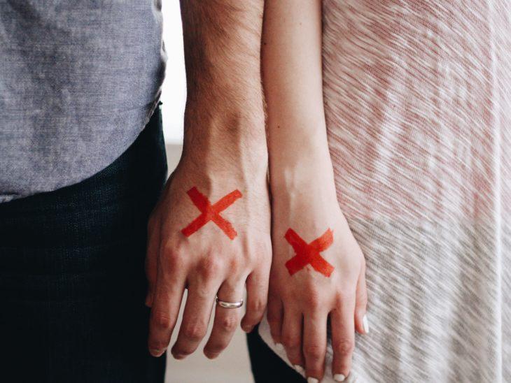 pareja cruces mano