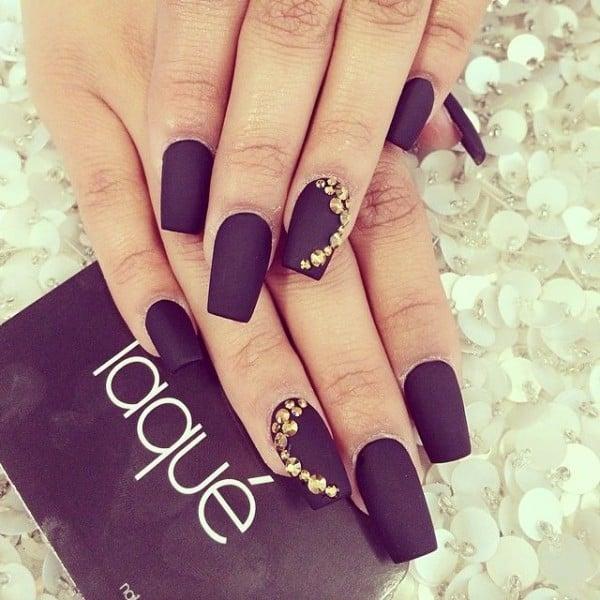 Diseños para uñas que sólo lograras con esmalte negro mate