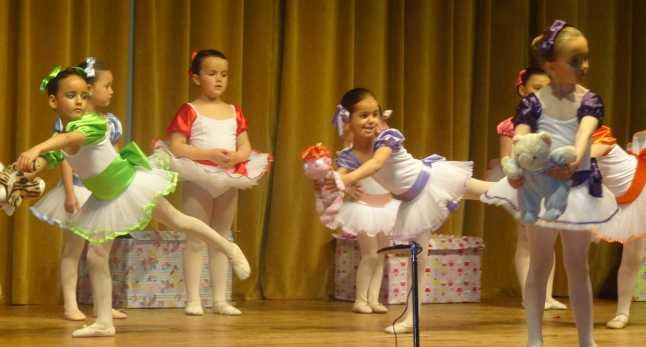 niñas bailando en festival