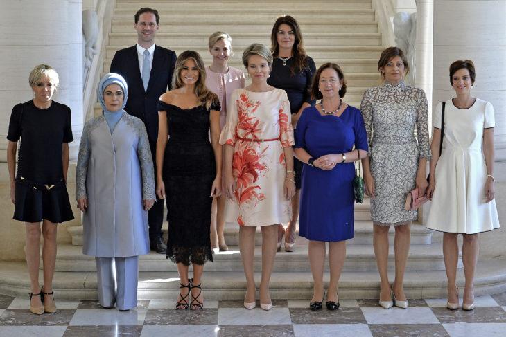 hombre entre mujeres en escaleras