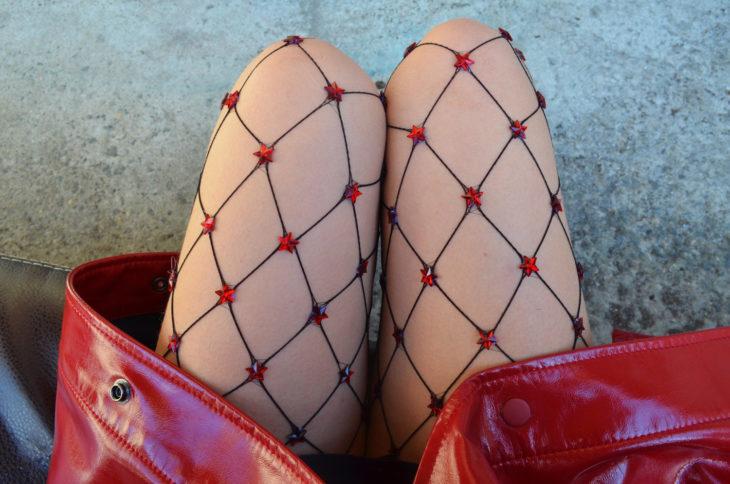 medias de red negras con estrellas rojas