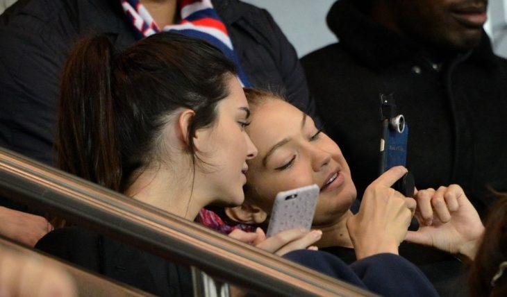 mujeres mirando el celular