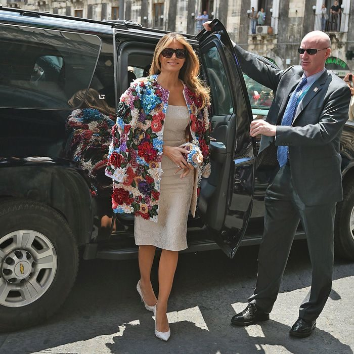 Melania Trump usando una chaqueta florarl de Dolce & Gabbana