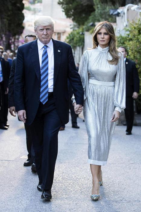 Melania Trump usando un vestido plateado de Dolce