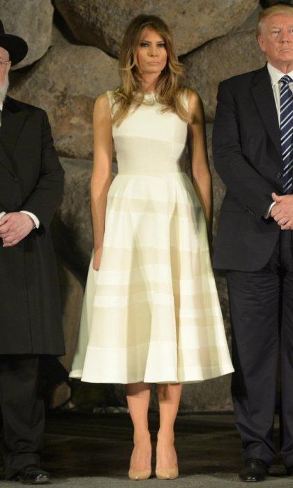 Melanía trum usando un vestido color crema de Roksanda