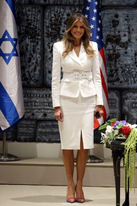 Melania Trump usando un traje color blanco