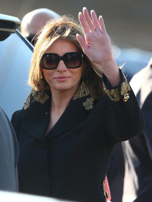 Melania trump usando un abrigo negro