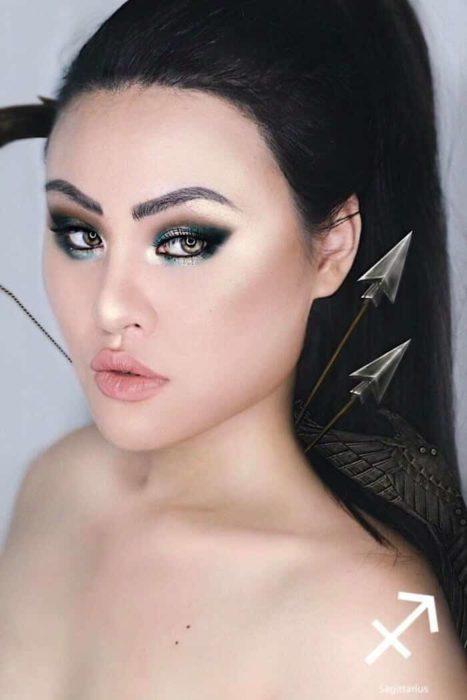 mujer con cabello negro y maquillaje