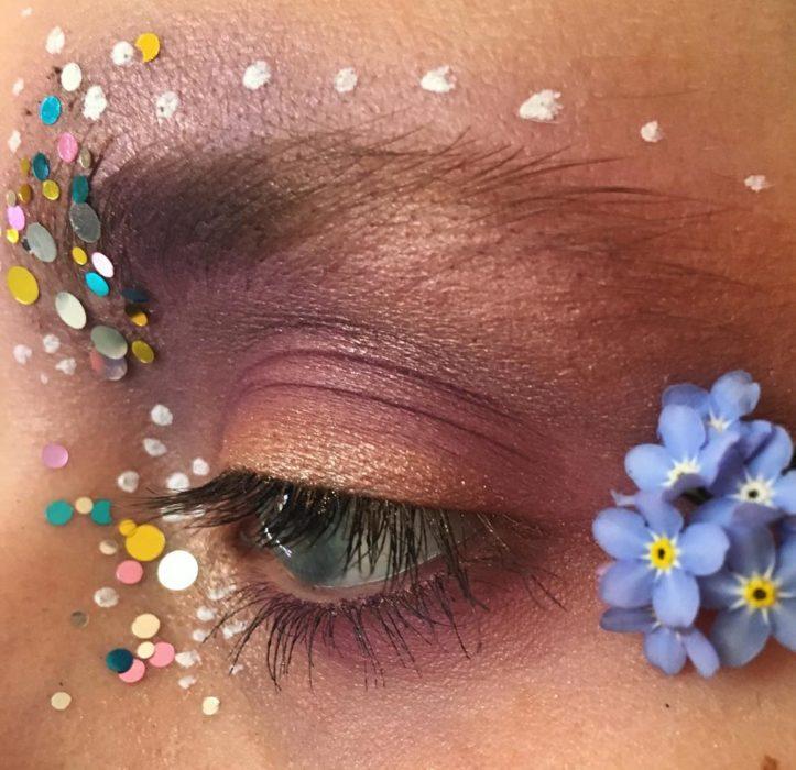 Chica con los ojos maquillados con flores