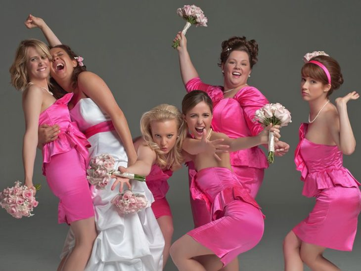 mujeres con vestidos rosas