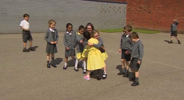 niña con prótesis vuelve a la escuela 1
