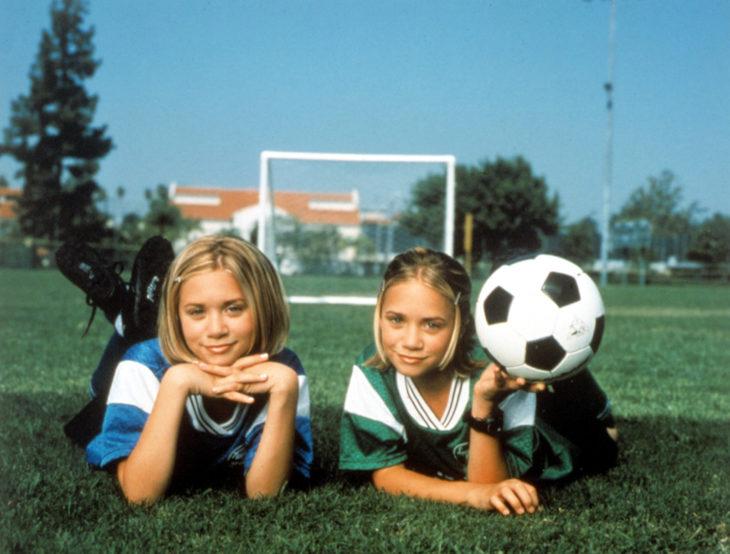 niñas con pelota de futbol