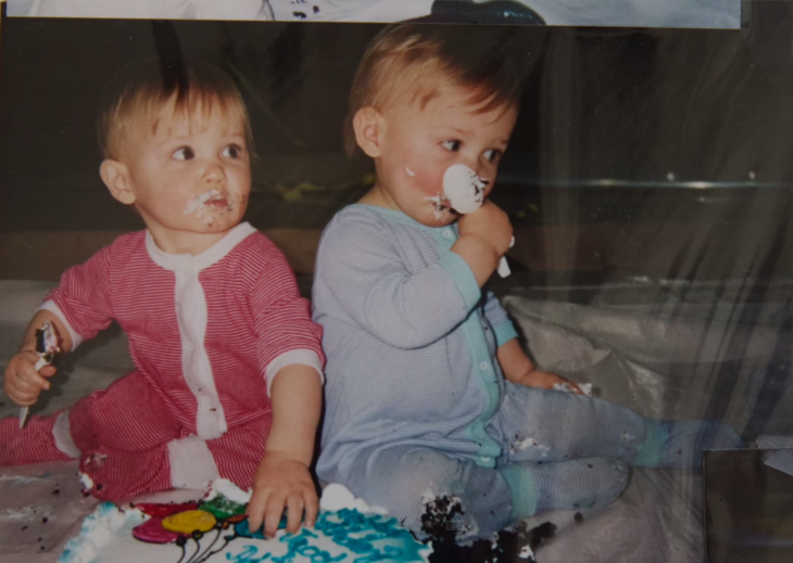 Bebés comiendo pastel