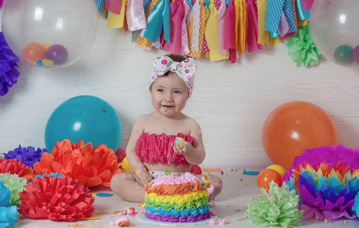 sesión de fotos de bebe con su pastel