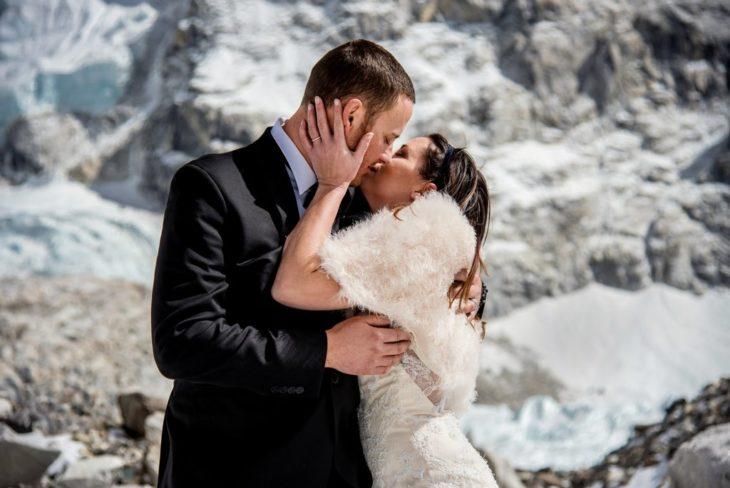 pareja se casa en el everest 5