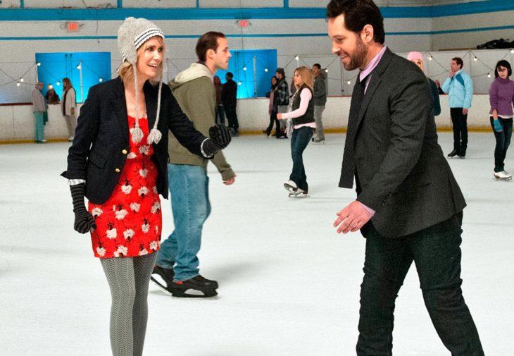 mujer rubia con hombre patinando