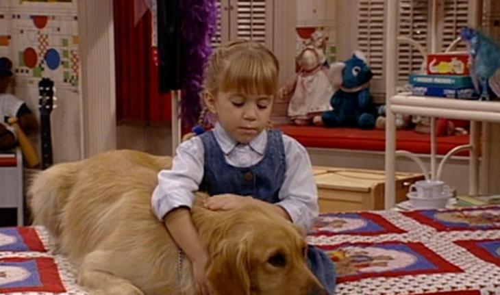 niña rubia abrazando un perro