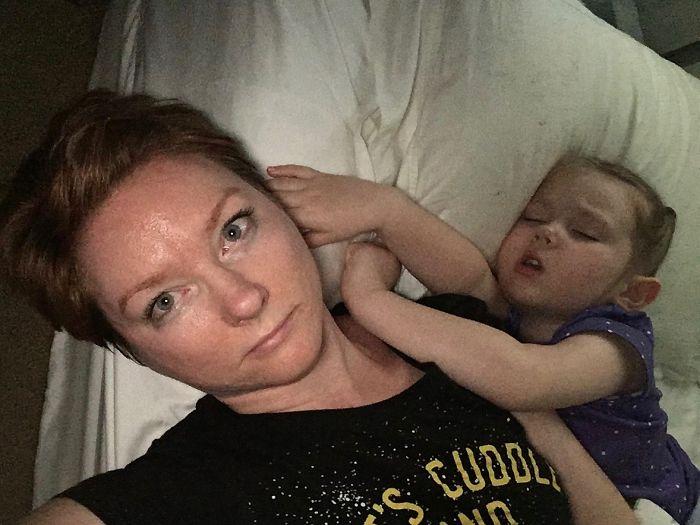 Niño dormido sobre su mamá