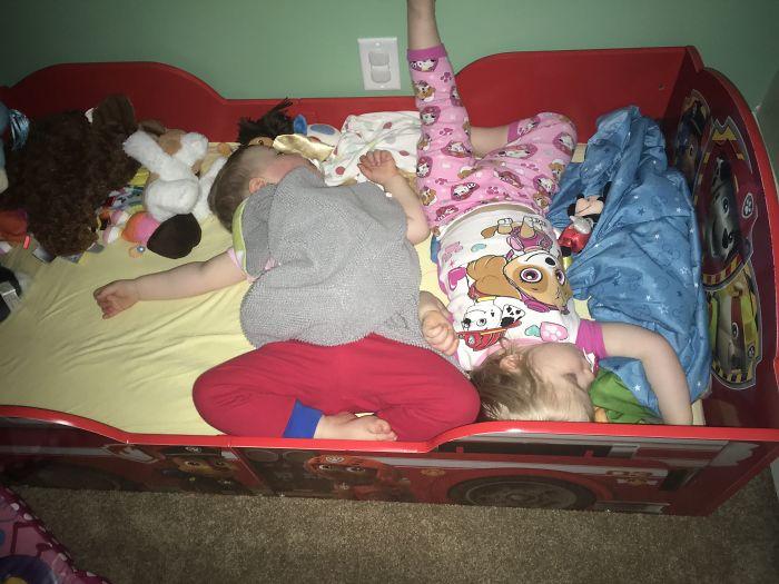 niños durmiendo en la cuna