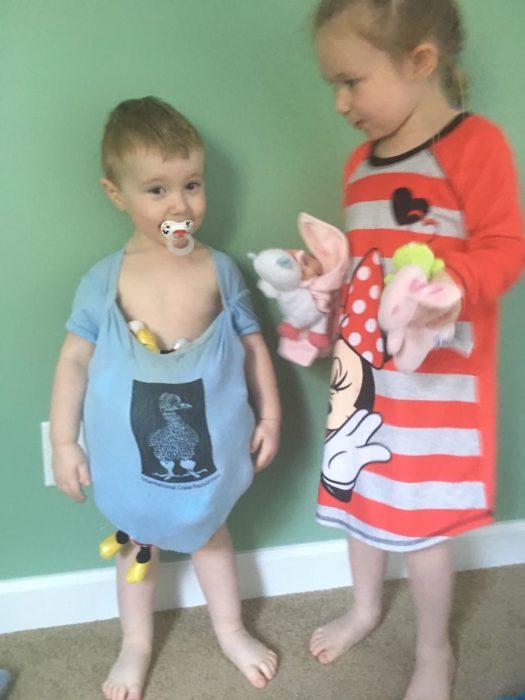 Niños jugando con peluches y ropa