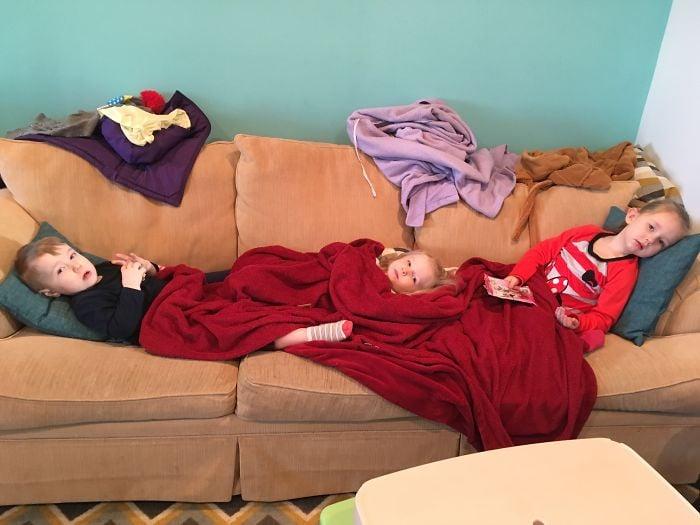 Niños dormidos en el sofá