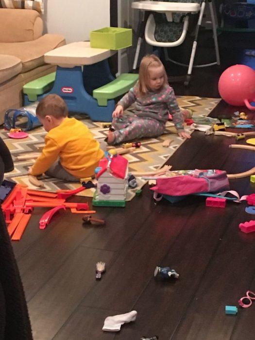 Niños sentados jugando