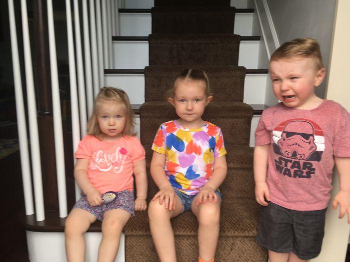 Niños sentados en las escaleras