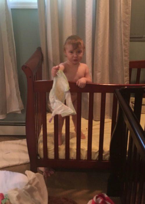 Niño con el pañal en la mano