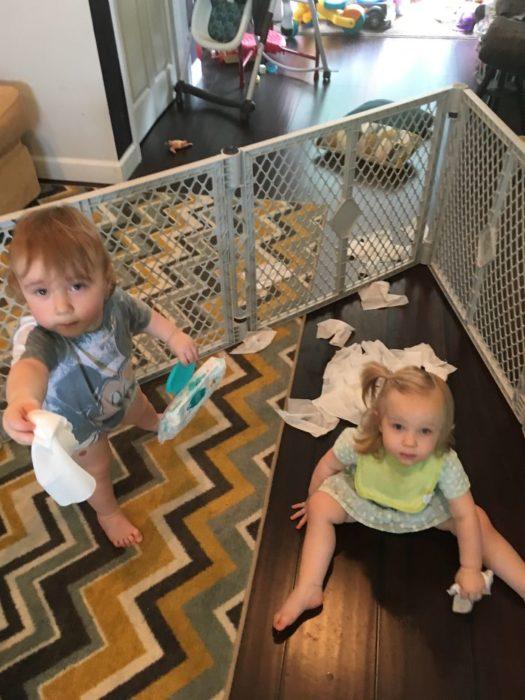 Niños destruyendo un paquete de toallas húmedas