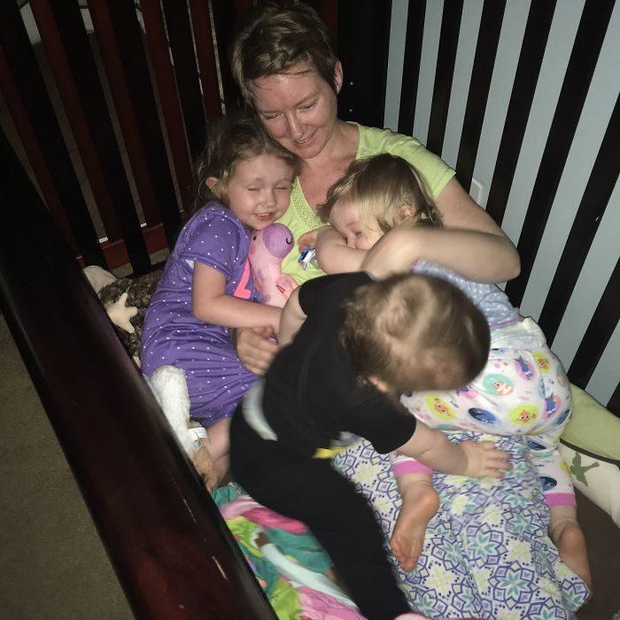 Mamá durmiendo junto a sus hijos
