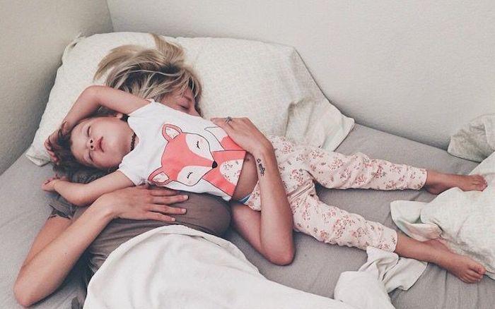 mujer rubia y niña con pijama