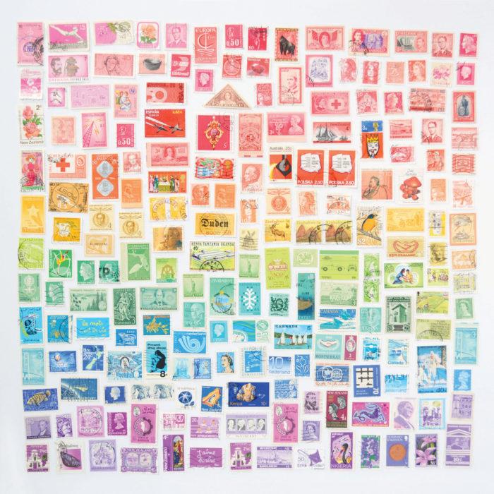 timbres postales ordenados por color