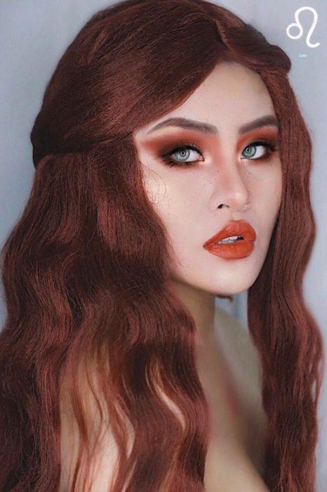 mujer con cabello pelirrojo y maquillaje