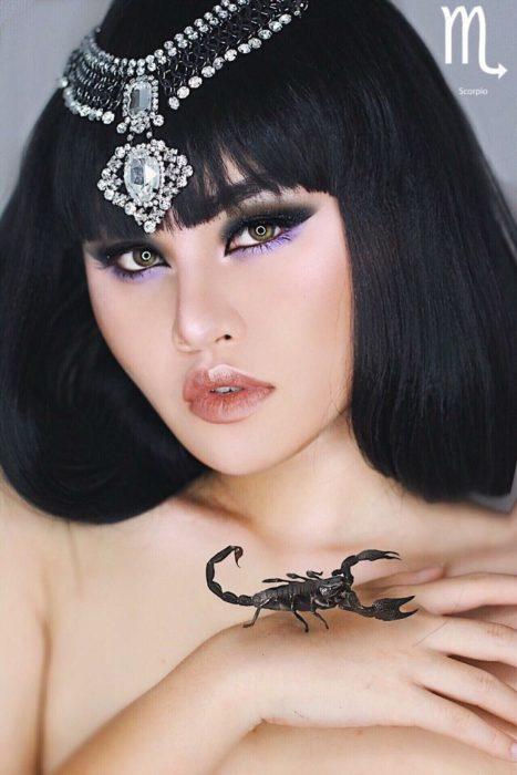 mujer de cabello negro con escorpio