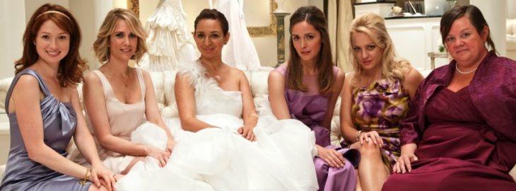 mujeres con vestido de novia sentadas