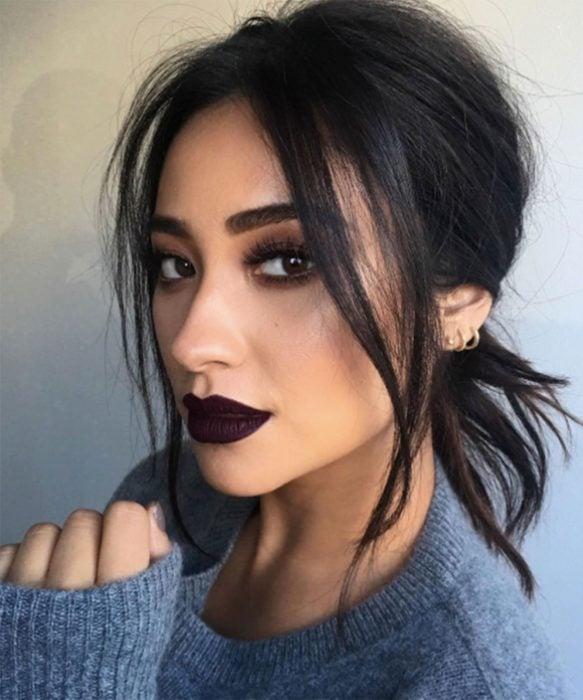 Chica usando unos labios en color rojo quemado