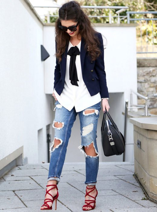 Chica usando unos jeans rotos