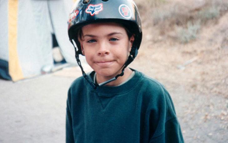 niño cabello corto con casco