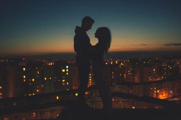 pareja luces ciudad