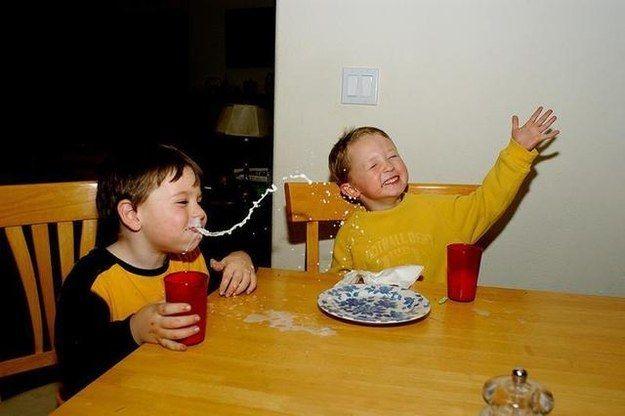 niño que se ríe y se sale agua de la naríz
