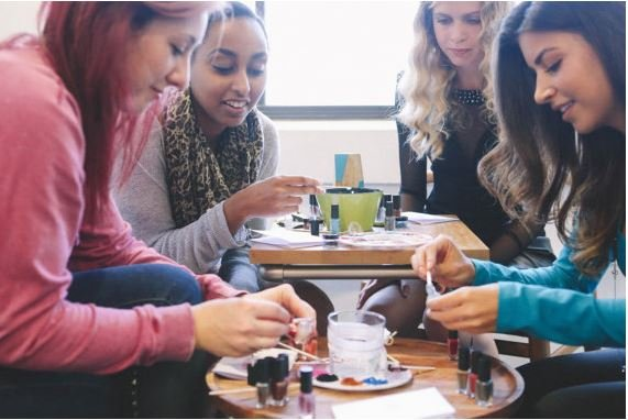 chicas haciendo esmalte