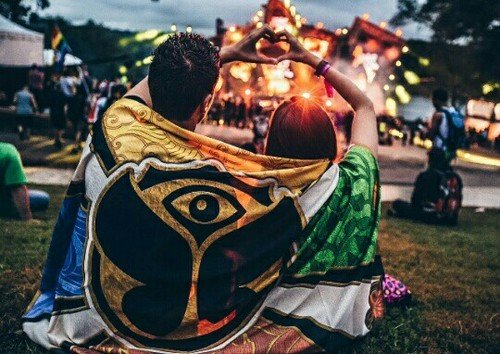 pareja en festival de musica