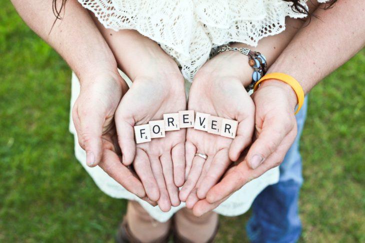 pareja manos por siempre