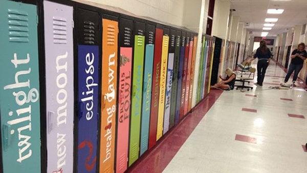 lockers con nombres de libros