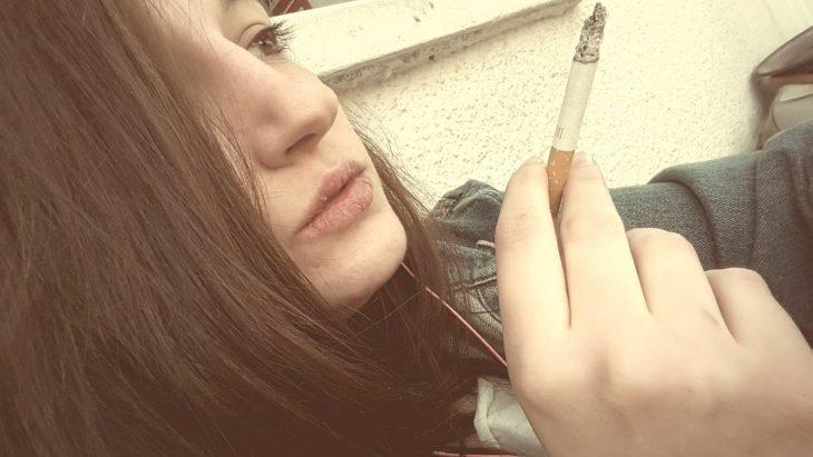 chica fumando
