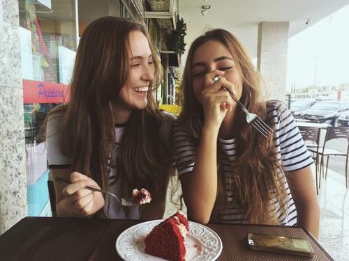 amigas comiendo pastel