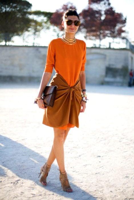 mujer con vestido naranja