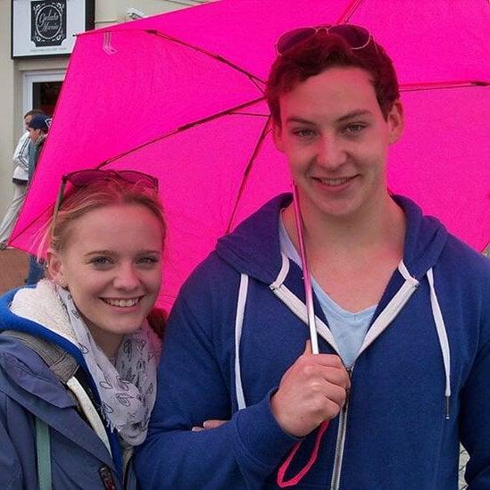 hombre y mujer con sombrilla